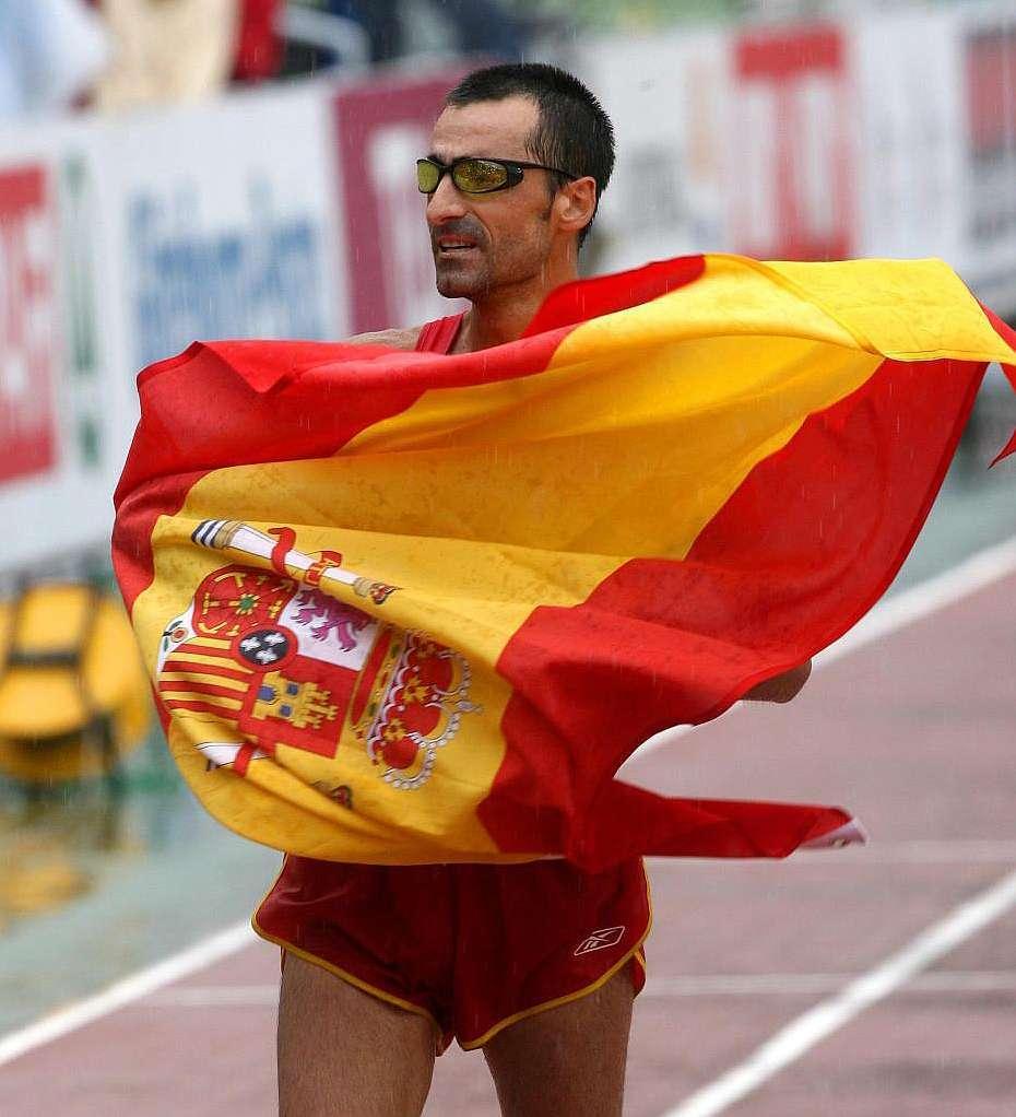 Jesús Ángel García Bragado con la bandera de España
