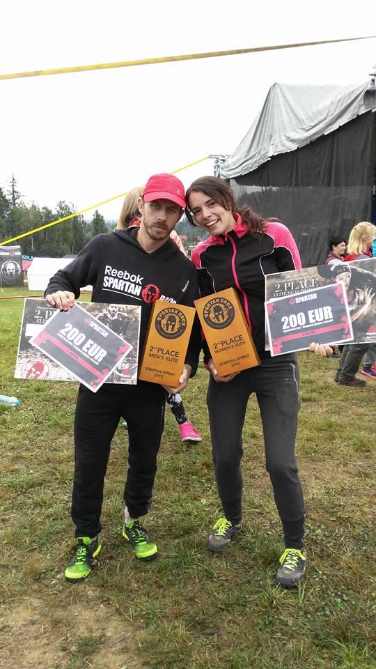Lluís Barbé y Olga Estellé muestran su condecoración como segundos clasificados en la categoría masculina y femenina en Sprint Spartan Race Eslovaquia 2015.