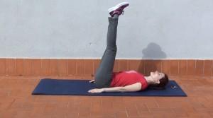 Abdominales con brazos estirados y piernas elevadas en todo momento (1)
