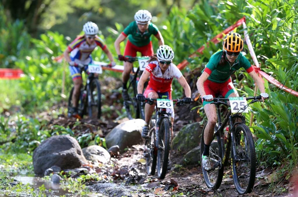 41115086. Xalapa, Ver.- Las ciclista Daniela Campuzano Chávez, ganó la  medalla de oro en ciclismo de montaña, dentro de los XXII Juegos Centroamericanos y del Caribe de Veracruz 2014, esta mañana en la zona alta de Coatepec en Xalapa Veracruz. NOTIMEX/FOTO/JORGE ARCIGA/JAA/SPO/VERACRUZ14/