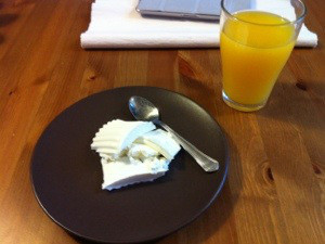 zumo de naranja y queso fresco