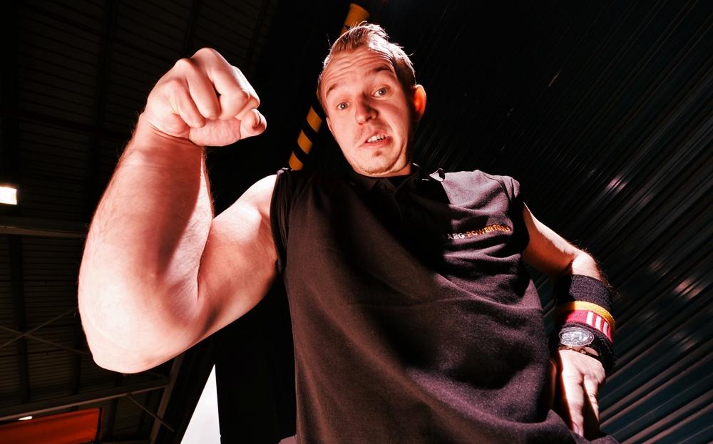 Matthias Hellboy Schlitte campeón de peleas de pulsos